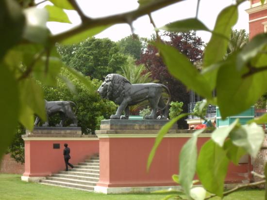 Löwen vor dem Schloss im Fürst Pückler Park